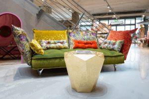 Designsofa Ohlinda von Bretz mit bunten Kissen