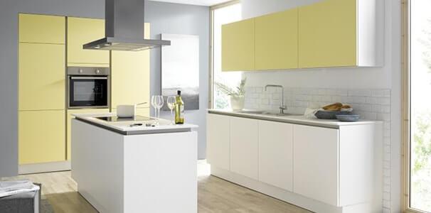 Contur Bestseller Küche mit Kochinsel in weiß und gelb