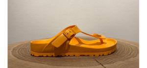 Orangefarbene Zehentrenner von Birkenstock